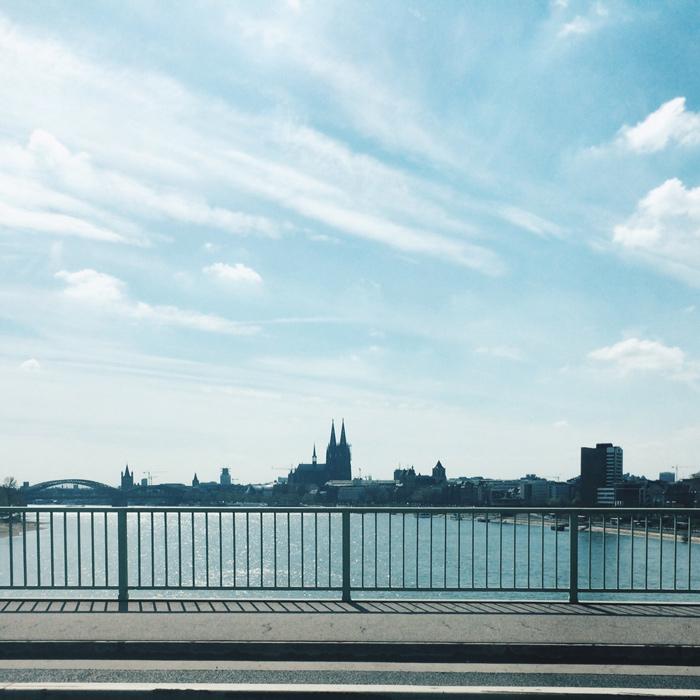 Der Kölner Dom von einer Rheinbrücke aus, Foto aus dem Auto