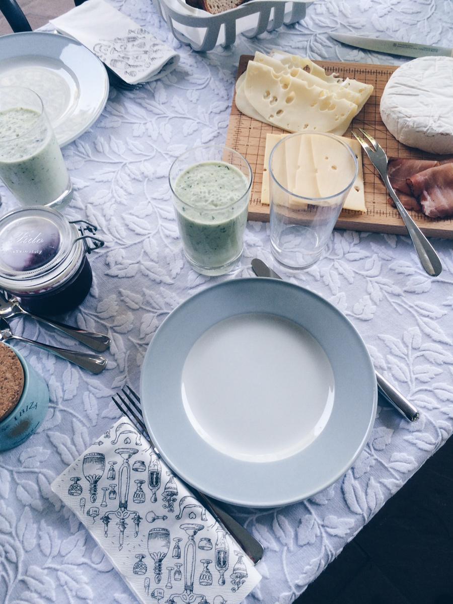 Gedeckter Tisch mit Käseplatte und Gurkenkaltschale