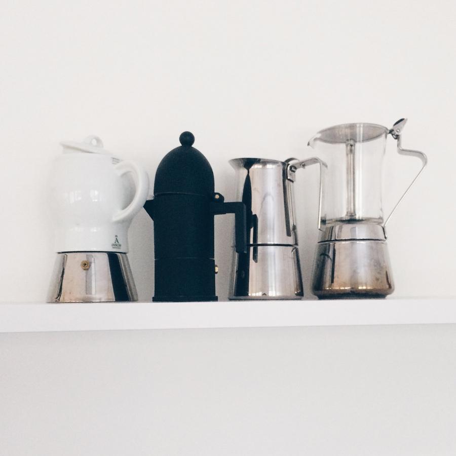 Vier Espressokocher auf einem Regal