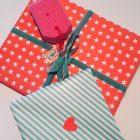 Zwei Geschenke in mint und orange verpackt