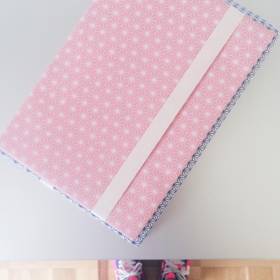 Geschenkpapier in blau und rosa mit japanischem Asanohamuster