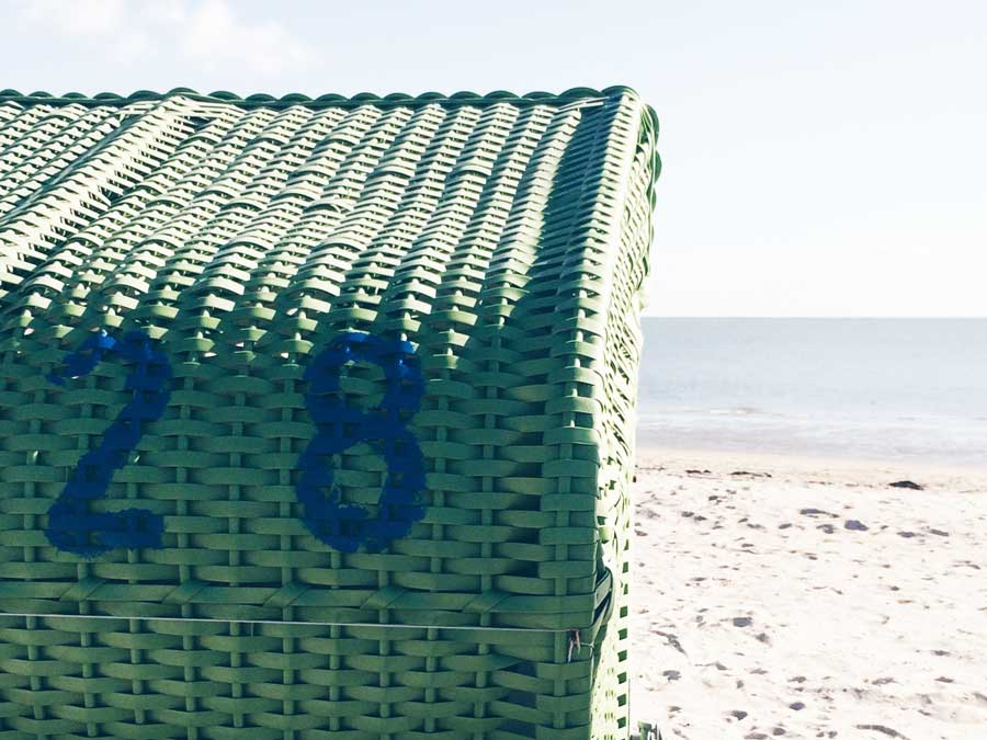 Strandkorb mit der Aufschrift 28