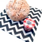 Selbstgebackenes Brot und ein Glas Marmelade auf einer Serviette