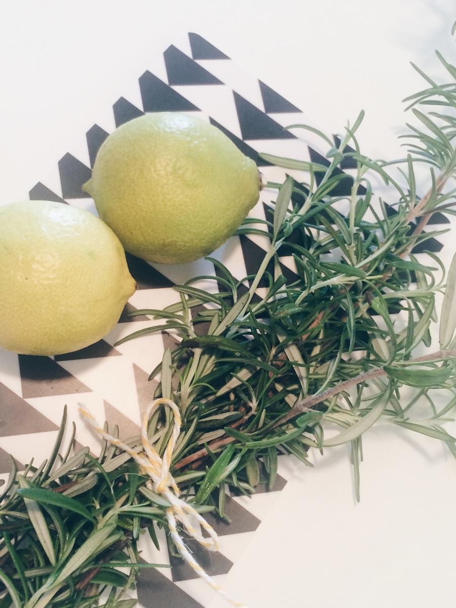 Zitrone und Rosmarin auf einem Brett