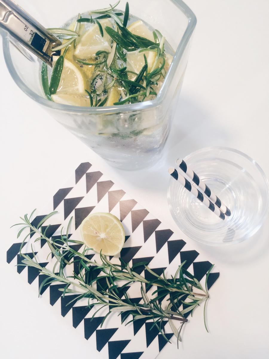 Karaffe mit Wasser, Rosmarin und Zitrone