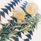 Aufgeschnittene Zitrone und Rosmarin