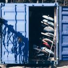 Blauer Container mit Surfboards