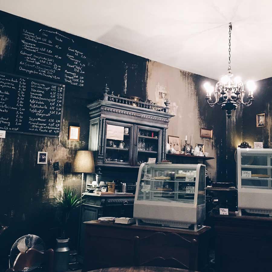 Theke des Cafes Louise Cherie