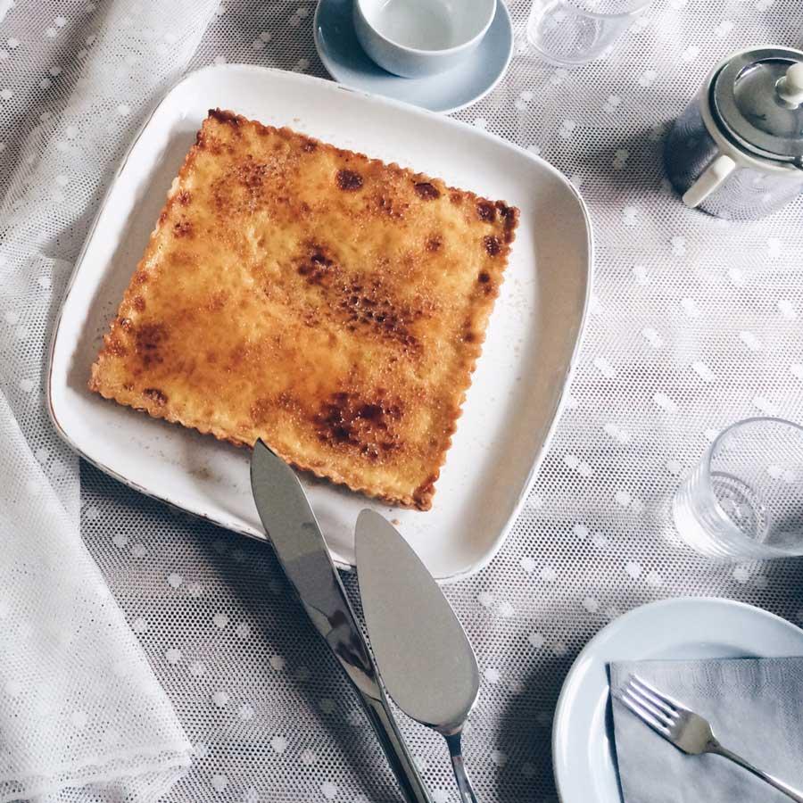 creme brulee Tarte auf gedecktem Kaffeetisch