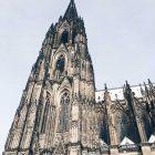 Bild des Kölner Doms vor blauem Himmel