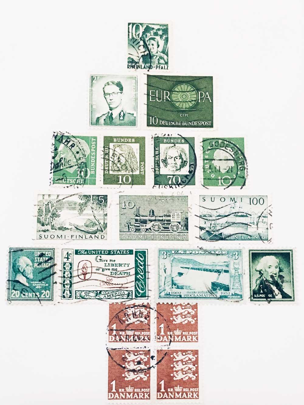 Weihnachtsbaum aus verschiedenen grünen Briefmarken