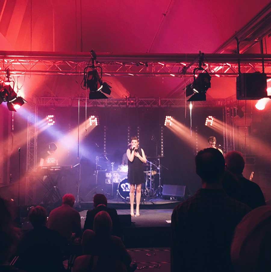 Die Sängerin Sara Jane auf der Bühne