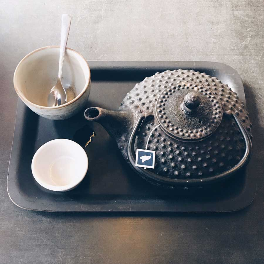 Tablett mit einer Teekanne und einem Becher