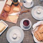 Gedeckter Frühstückstisch mit Käse und Wurst