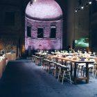 Event-Setup in einer Kirche mit festlich dekorierten Tischen
