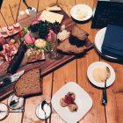 Brett mit Wurst, Käse und Radieschen