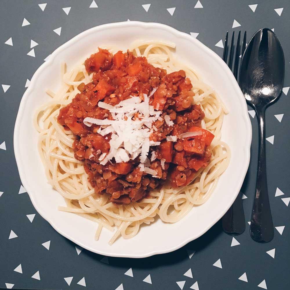 Spaghetti mit Linsensoße und Parmesan