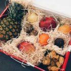 Obstkiste mit vielen exotischen Früchten