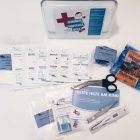 Inhalt der Kindernotfall-Box mit Kompressen, Schere etc.