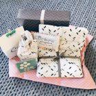 Geburtstagsgeschenke arrangiert auf einem Teppich
