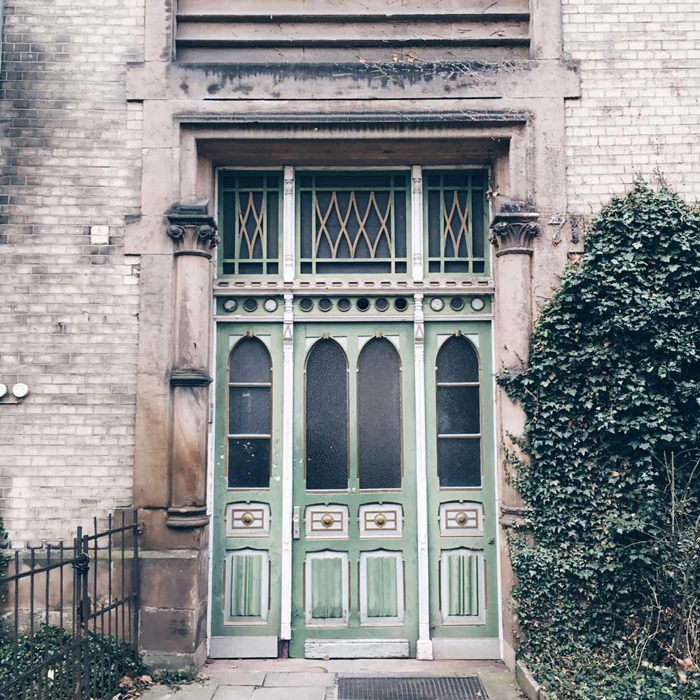Grüne Haustür eines Altbaus
