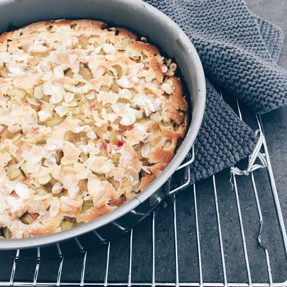 Rhabarberkuchen nach dem Backen in der Springform