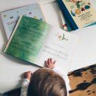 Mininichte mit einem Liederbuch am Schreibtisch