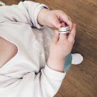 Kind mit zu großem Silberring am Finger