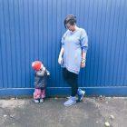 Ich mit meinem blauen Sweatkleid und meine Mininichte mit Erdbeermütze