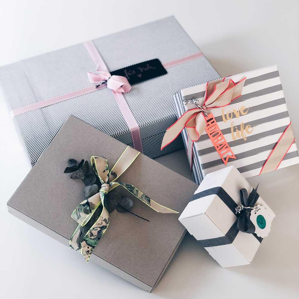 Geschenke verpacken in Aufbewahrungsboxen