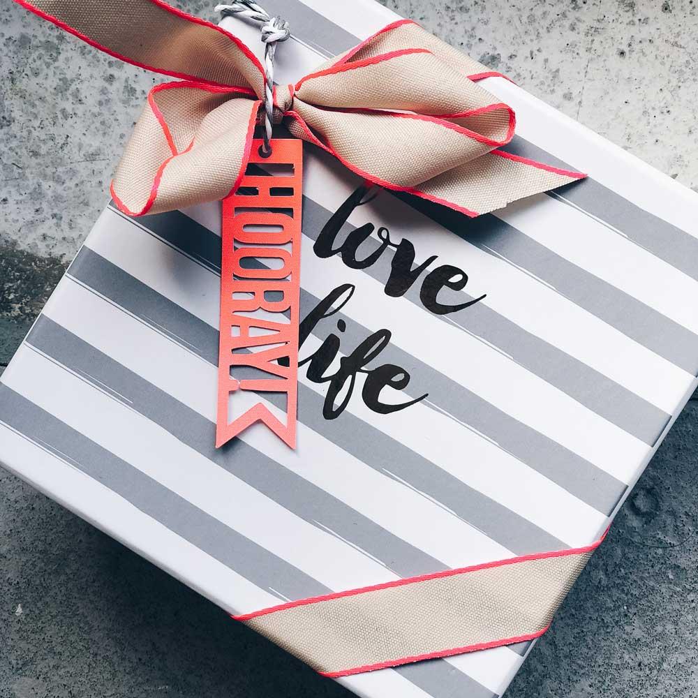 Geschenk verpackt in einer Box mit pinker Schleife