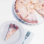 Teller mit einem Stück Apfeltarte neben dem angeschnittenen Kuchen