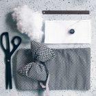 Materialien für DIY Geschenkschleifen aus Filz und Stoff