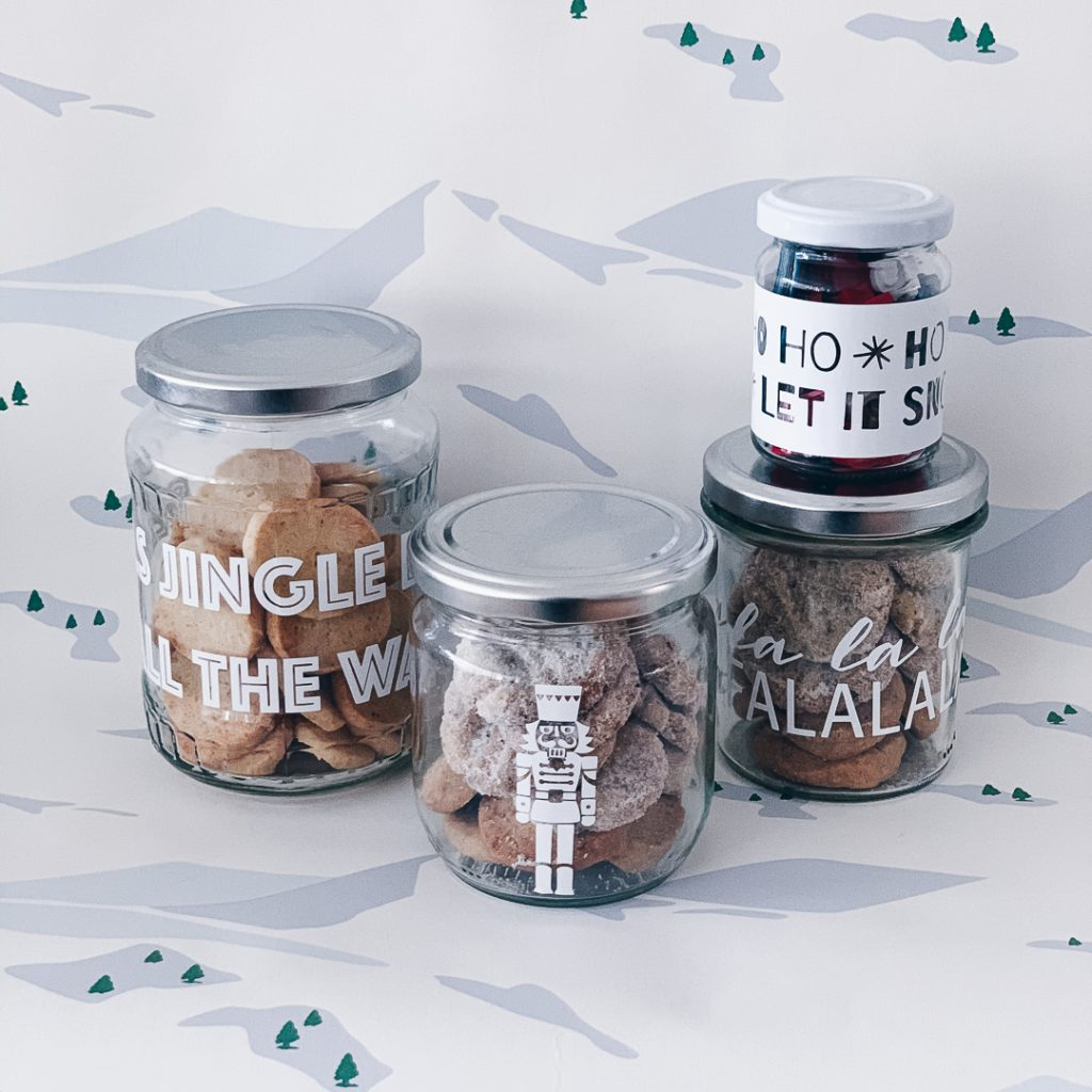 Altglas mit Aufklebern verschönert als Geschenkverpackung nutzen