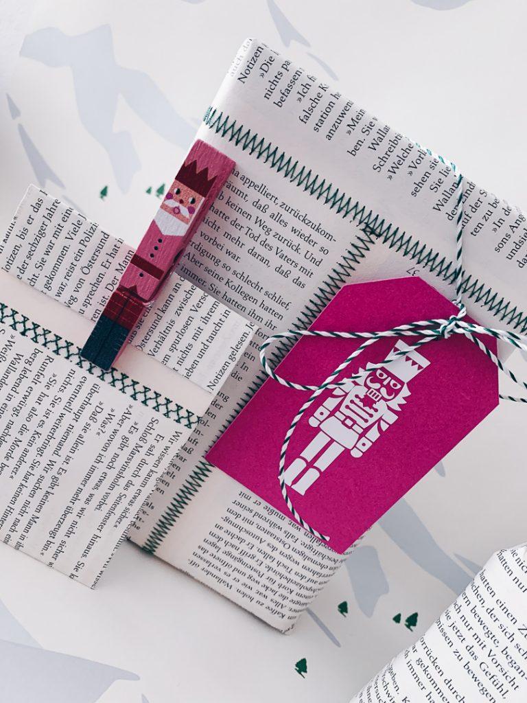 Geschenk verpackt in zusammengenähten Buchseiten