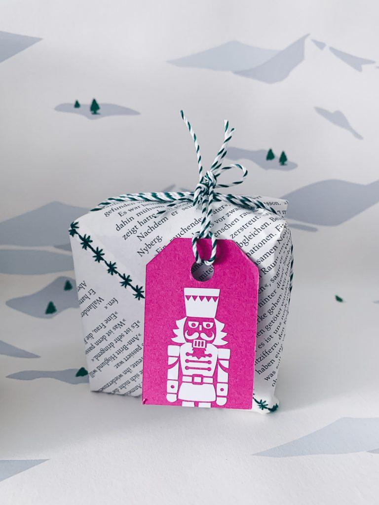 Geschenk mit Geschenkanhänger mit Nussknacker-Motiv