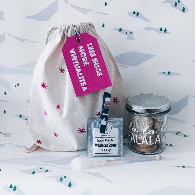 Geschenkbeutel, Glas mit Keksen und Tee als Geschenk